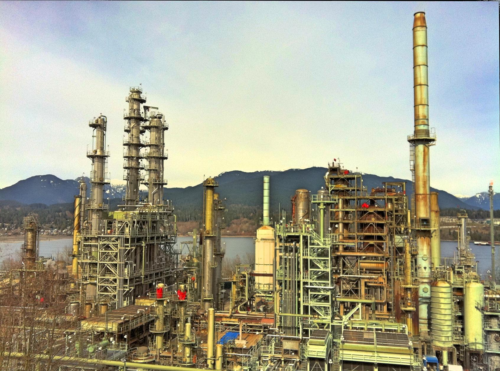 Oil_refinery_canada